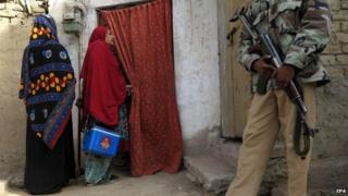A Pakistani Police escort the health workers as they administer Polio vaccine to children in Quetta, Pakistan, 11 January 2015.