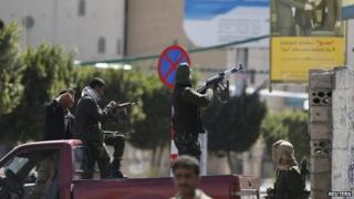 Houthi fighters fire at Presidential Guard soldiers in Sanaa, Yemen (19 January 2015)