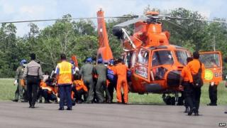 Bags containing bodies arrive in Pangkalan Bun by helicopter on 24/01/2015