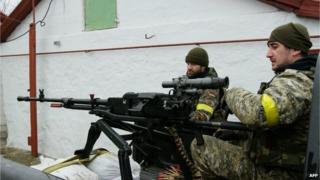 Ukrainian troops on guard outside Mariupol, 26 Jan 15