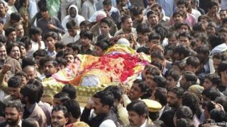 The body of a victim killed in Friday's explosion at a Shia mosque in Shikarpur (31 January 2015)