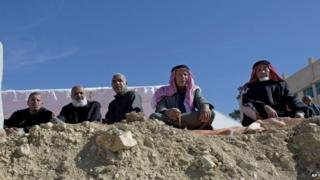 Relatives of Jordanian pilot Moaz al-Kasasbeh attend a mourning ceremony in the village of Ai, near Karak (04 February 2015)