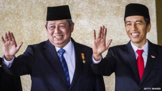 Former Indonesian President Susilo Bambang Yudhoyono (L) and Indonesian President Joko Widodo (R) arrives at the inauguration ceremony for Mr Widodo