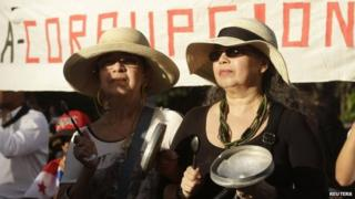 Women hit pans during an anti-corruption march in Panama City on 29 January, 2015.