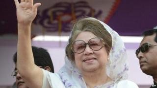 """This file photo taken on January 20, 2014 shows Bangladesh""""s main opposition leader and Bangladesh Nationalist Party (BNP) chairperson Khaleda Zia waving during a rally in Dhaka."""