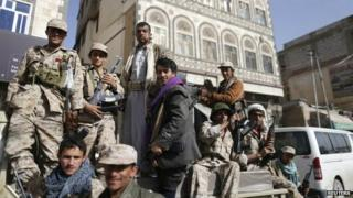 Houthi fighters ride a pick-up while patrolling a street in Sanaa, Yemen (21 January 2015)