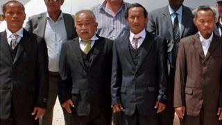 Four Thai fishermen, held hostage by Somali pirates for nearly five years, pose after their release before boarding an UN flight in Galkayo (27 February 2015)