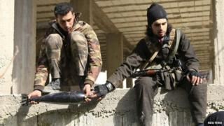 Syrian rebel fighters prepare mortar shells to be fired at government soldiers in Doreen, Latakia province (8 March 2015)