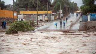 People observe the overflowing of the river Copiapo 25/03/15