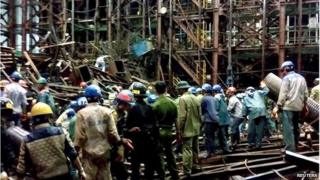 Rescue workers at the construction site in Ha Tinh, Vietnam (26 March 2015)