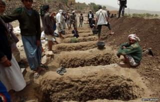 Yemenis dig graves on 4 April, 2015 to bury the victims of a reported airstrike by the Saudi-led coalition against Shia Houthi rebels