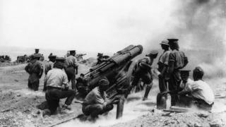 Soldiers surround a field gun in Helles Bay, Gallipoli