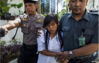 Officers take Mary Jane Fiesta Veloso (C) of the Philippines, to her first judicial review trial in the District Court of Sleman in Yogyakarta in this 3 March 2015 file photo.