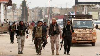 Syrian Islamist rebels walk through the city of Idlib (29 March 2015)