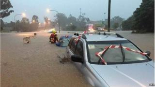 Rescue teams assess vehicles submerged in floodwaters in Brisbane, Australia, 01 May 2015