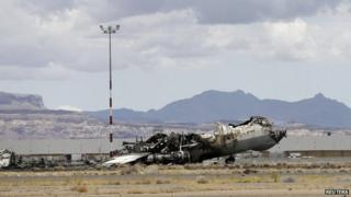 Wreckage of a Yemeni military transport plane on the tarmac at Sanaa's international airport (5 May 2015)