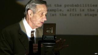 l Laureate John Nash lectures on his Game Theory at Hong Kong University in this February 18, 2003, file photo
