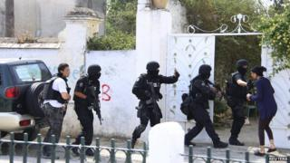 Tunisian anti-terrorism brigade personnel enter a house to take position after a shooting at the Bouchoucha military base in Tunis, on 25 May 2015