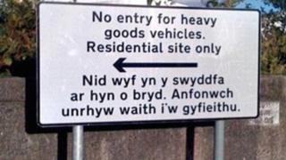 Nodyn i gyfieithwyr: Peidiwch rhoi neges awtomatig ar eich e-bost pan ewch ar wyliau