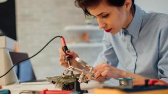 سيدة تعمل في مجال صيانة الأجهزة
