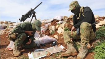 اثنان من أفراد القوات السورية التي تدعمها تركيا قرب حدود عفرين