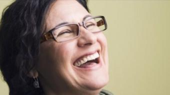 سيدة تضحك
