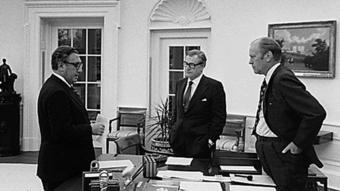 GS Nguyễn Tiến Hưng gọi ông Henry Kissinger (bìa trái hình) là Đao phủ Henry II