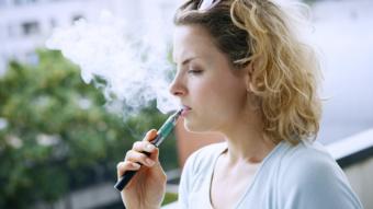 امرأة تدخن سيجارة إلكترونية
