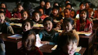 أطفال في فصل دراسي متواضع الإمكانات