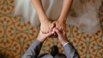 زوجان في حفل زفافهما
