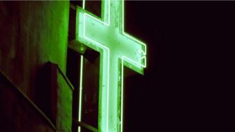 صورة من الخارج لكنيسة يعلوها رمز الصليب