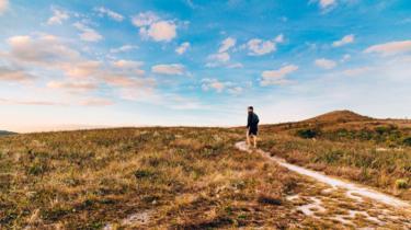 Un hombre camina sobre un valle