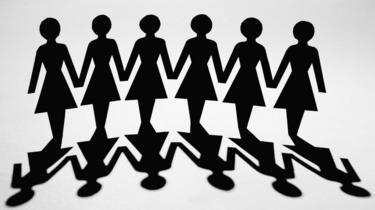 Siluetas de mujeres en negro