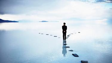 شخص ينظر إلى طريقين أمامه ويفكر أيهما يختار