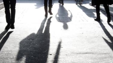 Sombras de personas en el pavimento
