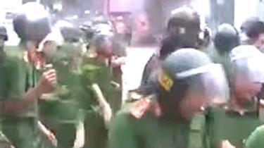 Video clip lan truyền trên mạng xã hội cho thấy lực lượng công an có lúc phải rút lui trước sự phản ứng dữ dội của người dân Đồng Tâm hôm 15/4