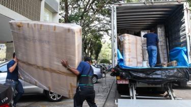 Pertences de Eduardo Cunha sendo retirados de apartamento funcional em 2016