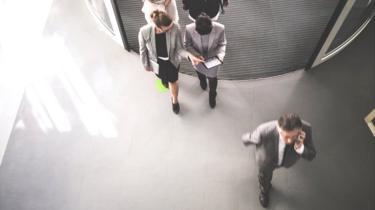 Un grupo de personas abandonan la oficina
