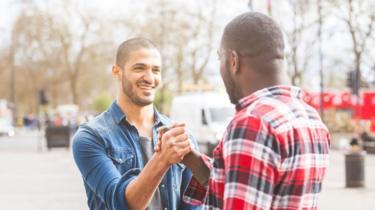 Dos hombres saludándose