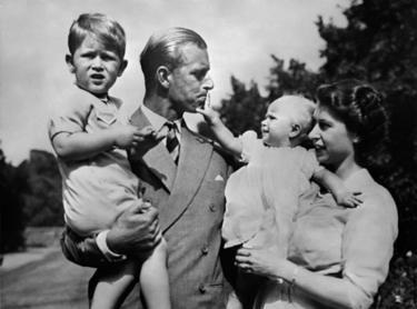 A rainha com o marido e filhos nos anos 1950