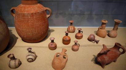 Itens de argila descobertos durante escavações no primeiro cemitério filisteu descoberto no Parque Nacional de Ashkelon, são mostrados no Museu Rockefeller, em Jerusalém, em 6 de julho de 2016