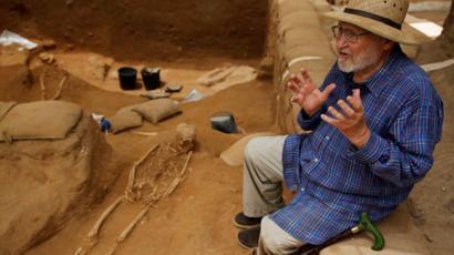 Professor Lawrence E. Stager fala sobre a escavação em 28 de junho de 2016