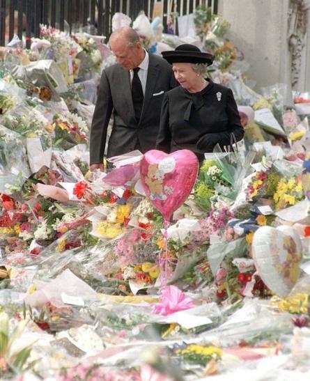 Ngắm hoa người dân gửi viếng Công nương Diana tại Cung điện Buckingham năm 1997.