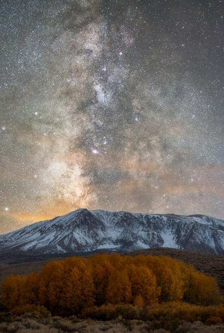 جبل مغطى بالثلوج في منطقة سيراس الشرقية في ولاية كاليفورنيا الأمريكية