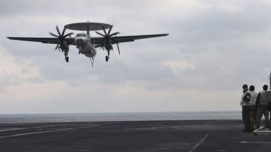 An E-2C Hawkeye lands on the deck of the USS Carl Vinson (14 March 2017)