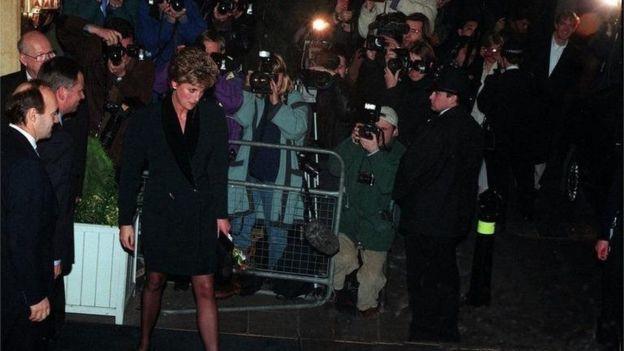 принцесса Диана в окружении журналистов