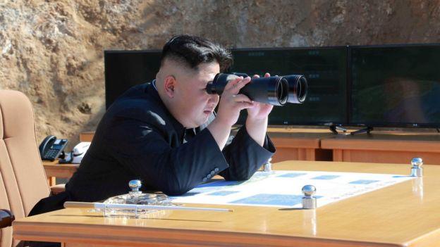 El líder de Corea del Norte, Kim Jong-un, observa el lanzamiento del misil balístico intercontinental.