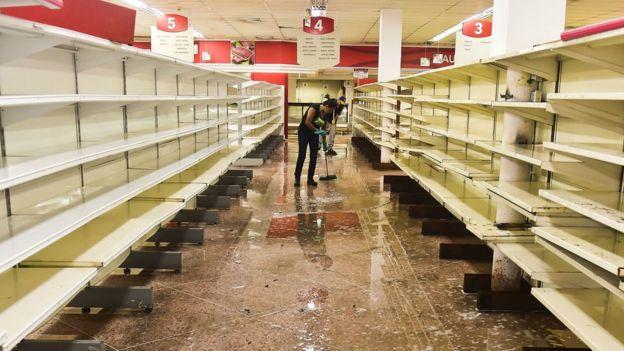Un hombre limpia un supermercado asaltado