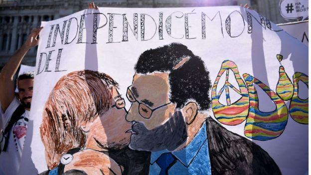 En una protesta durante el fin de semana en Madrid se veía esta caricatura de Rajoy y Puigdemont.