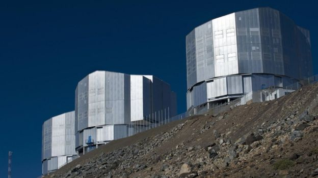 Tres de los cuatro telescopios que ESO tiene en Paranal, en Chile